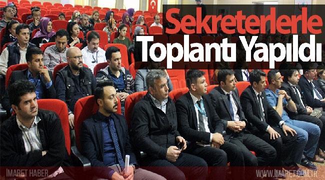SEKRETERLERLE TOPLANTI YAPILDI