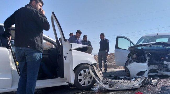 Van'da otomobiller çarpıştı: 2'si ağır 5 yaralı