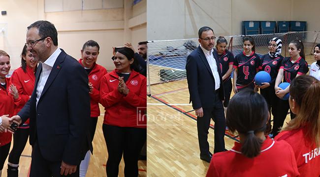 Bakan Kasapoğlu'ndan olimpiyat yolcusu sporculara sürpriz ziyaret