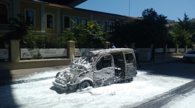 Beyoğlu'nda araç alev alev böyle yandı