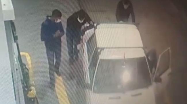 Çaldıkları aracı iterek benzin istasyonuna getirdiler