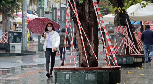 Bakan Koca'nın 'yüzde 100 artış' yaşanıyor dediği Antalya'da banklar şeritlerle kapatıldı