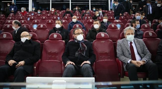 Bakan Kasapoğlu, Trabzonspor - Konyaspor maçını takip etti