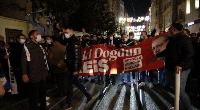 Cumhurbaşkanı Erdoğan'a AK Parti'li gençlerden İstiklal Caddesi'nde doğum günü sürprizi