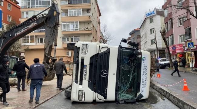 Demir yüklü kamyon yan yattı