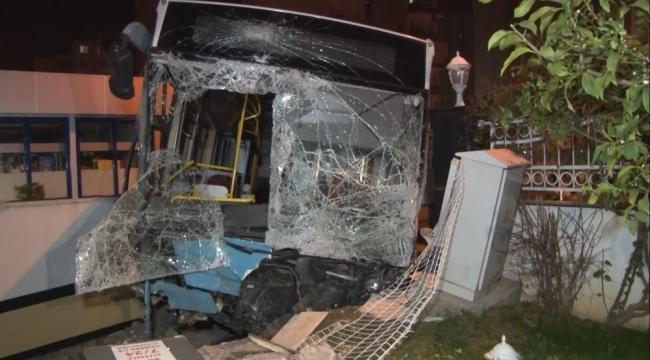Kontrolden çıkan otobüs ortalığı savaş alanına çevirdi