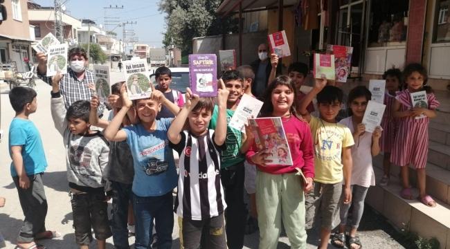 Muhtar tam kapanma öncesi çocuklara kitap dağıttı