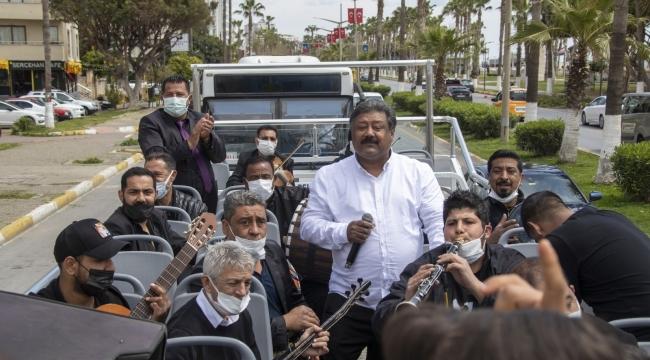 Roman müzisyenler, üstü açık otobüsle Mersinlilere konser verdi