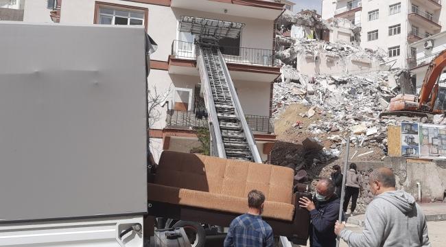 Yıkılan Açelya Apartmanı'nın etrafındaki binalar eşya taşınması için açıldı