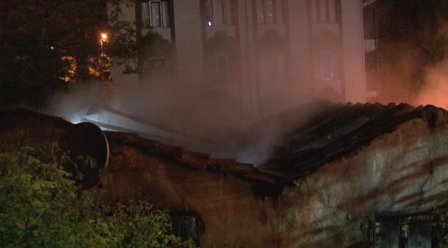 Beyoğlu'nda gecekonduda çıkan yangın geceyi aydınlattı