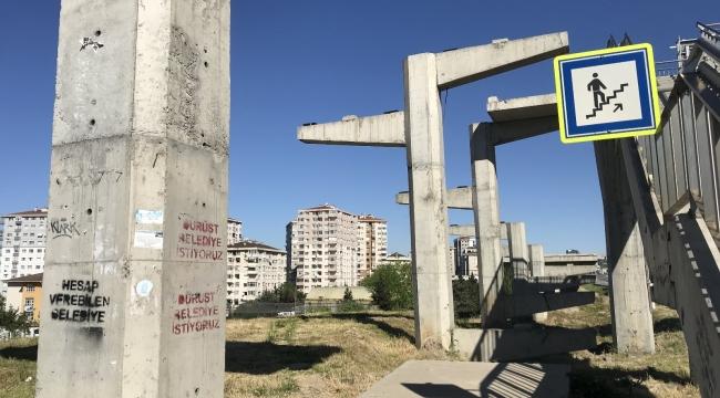 """İstanbul'da engelli rampası olmayan üst geçit için """"Dürüst belediye istiyoruz"""" tepkisi"""