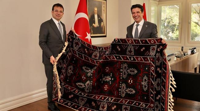 Turgay Genç, İmamoğlu'na Döşemealtı halısı hediye etti