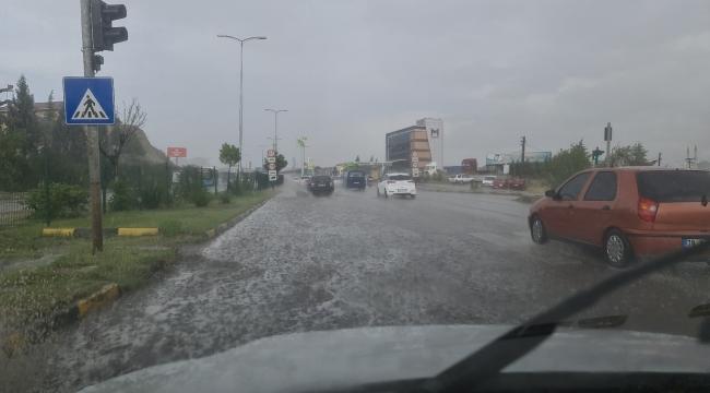 10 dakikalık yağmur yolları göle çevirdi