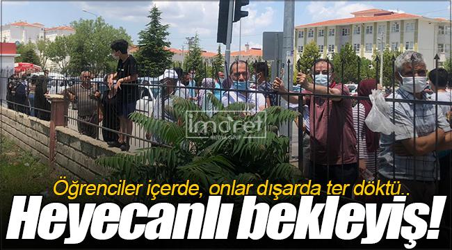 Karaman'da ailelerin kapı önünde heyecanlı bekleyişi