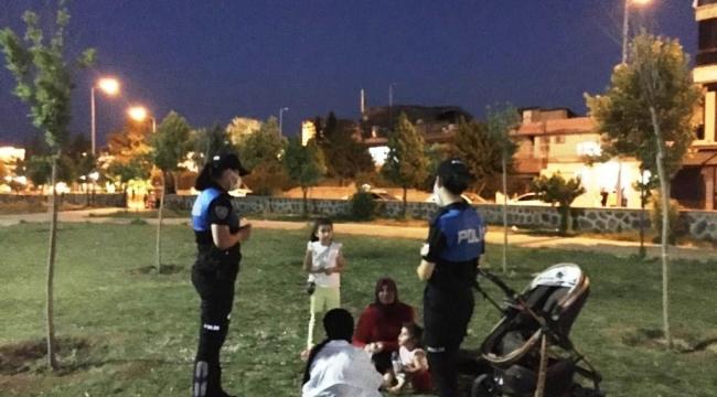 Cizre polisi park ve bahçelerde bulunan vatandaşlara Covid-19 aşısının önemini anlattı
