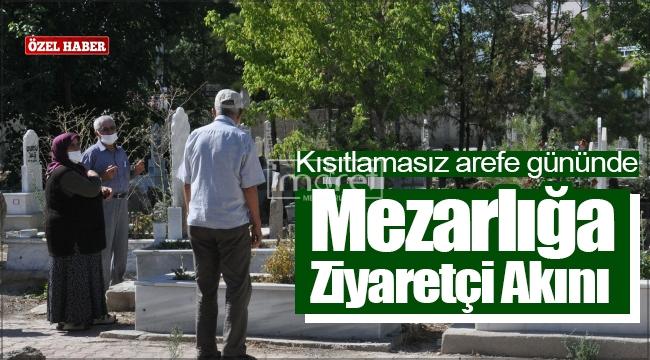 Kısıtlamasız arefe gününde mezarlığa ziyaretçi akını