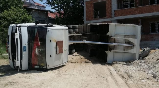 Kum boşaltan kamyon devrildi: 1 yaralı