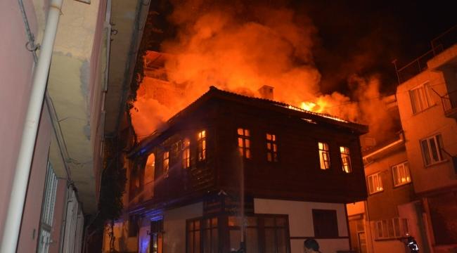 Tarihi ahşap konaktaki yangın 4 saatin sonunda söndürüldü